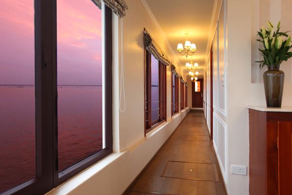 Ultra Luxury Houseboat Clove